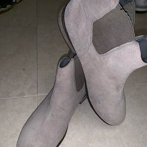 Urban Outfitter Chelsea boots. 🚨$4.99 shipping🚨